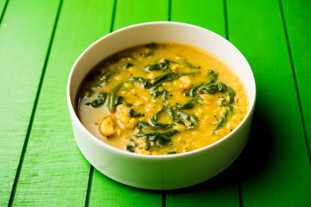 Dal palak oder linsen-spinat-curry - beliebtes indisches hauptgericht gesundes rezept. in einem karahi oder einer pfanne oder schüssel serviert. selektiver fokus