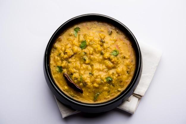 Dal tadka fry oder indisches linsencurry serviert in einer schüssel mit reis und roti, selektiver fokus