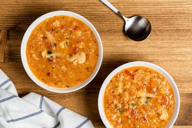 Dal - traditionelle würzige indische suppe aus roten linsen und gemüse in einer weißen schüssel