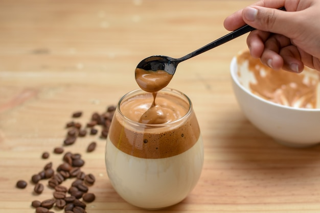 Dalgona kaffee flauschig cremig geschlagener kaffee