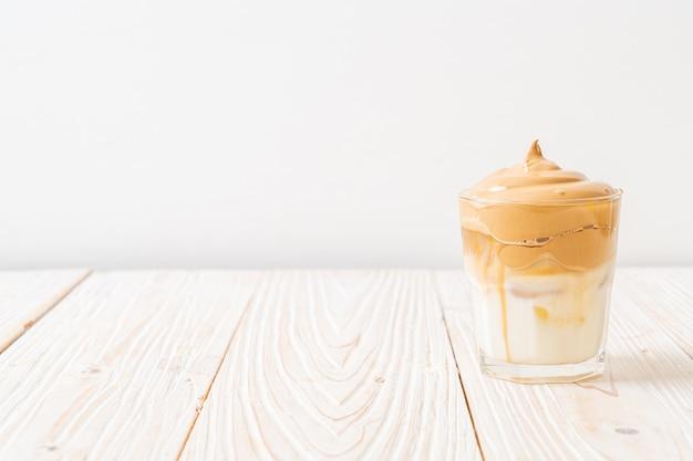 Dalgona-kaffee. geeistes flauschig cremig geschlagenes trendgetränk mit kaffeeschaum und milch.