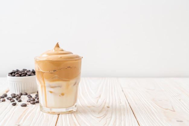 Dalgona kaffee. iced fluffy cremig geschlagenes trendgetränk mit kaffeeschaum und milch. trendy drink während covid-19 city lock down und selbstquarantäne, bleiben zu hause konzept.