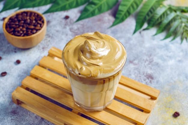 Dalgona kaffee. iced fluffy cremig geschlagenes trendgetränk mit kaffeeschaum und milch.