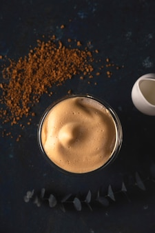 Dalgona kaffee zu hause schönes getränk, das in einem kaffeehaus dient.