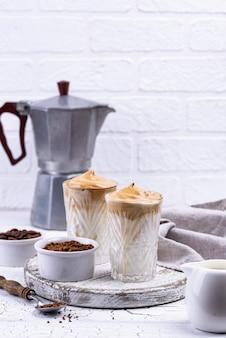 Dalgona peitschte kaffee mit milch