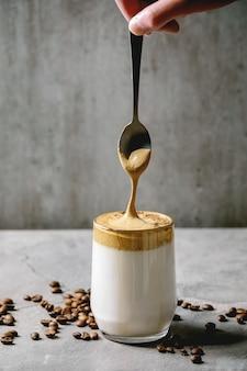 Dalgona schaumiger kaffee