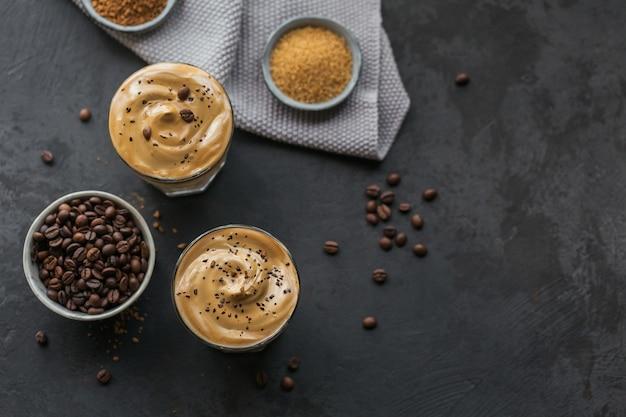 Dalgona schlug kaffee, instant, sahne, eiskaffee