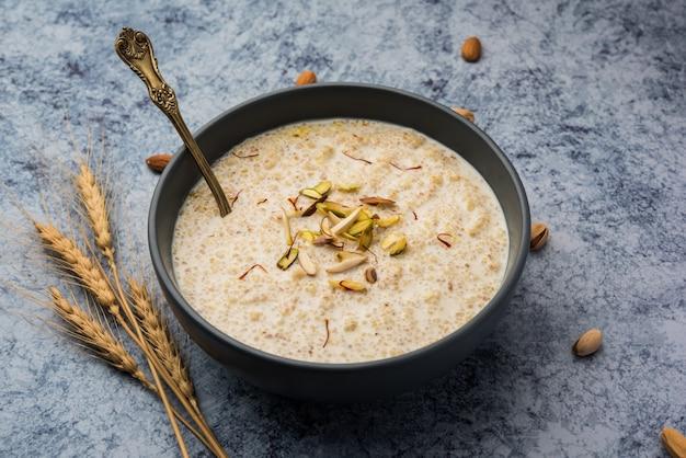 """Daliya kheer oder dalia payasam ãƒâ¢ã'â€ã'â"""" broken oder cracked weizen-milchbrei mit zucker nach indischer art zubereitet. dalia ist ein beliebtes frühstückszerealien in nordindien"""