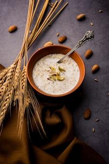 """Daliya kheer oder dalia payasam ãƒâ¢ã'â€ã'â"""" broken or cracked weizen-milchbrei mit zucker nach indischer art zubereitet. dalia ist ein beliebtes frühstückszerealien in nordindien"""