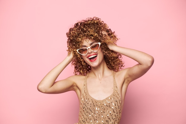 Dame charme spaß lächeln trendige brille rosa raum