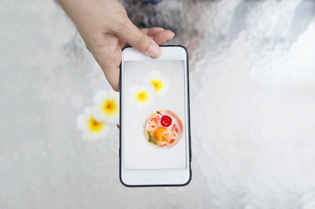 Dame, die foto des cocktailrezeptnamens mai tai oder des thailändischen weltweiten bevorzugungscocktails mai macht