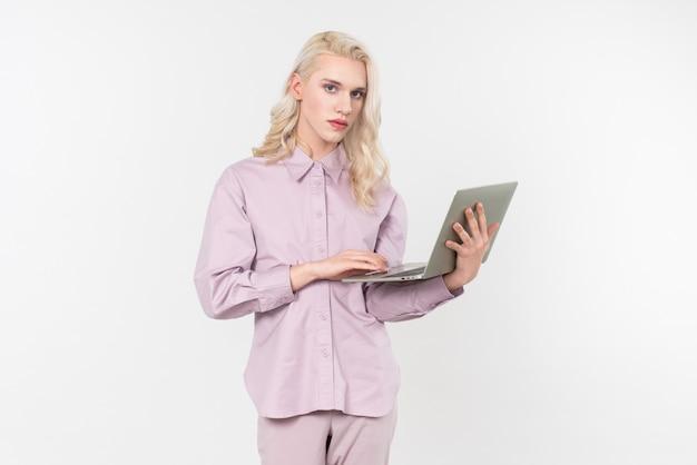 Dame, die laptop hält