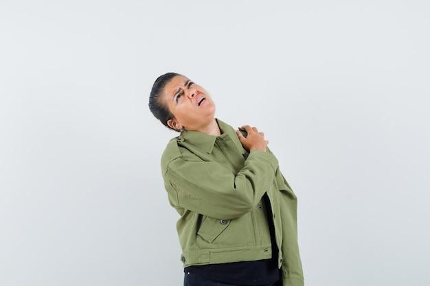 Dame, die unter schulterschmerzen in der jacke leidet