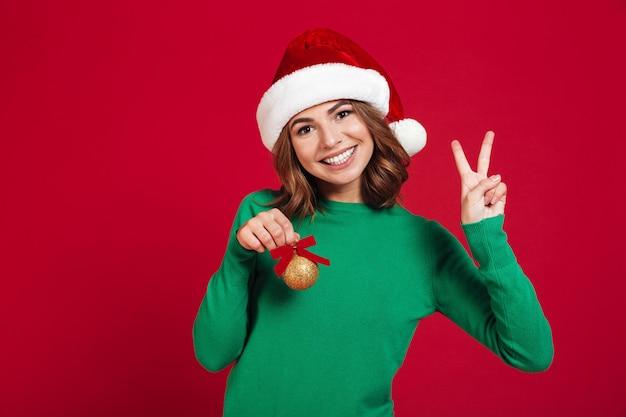 Dame, die weihnachtssankt-hut trägt
