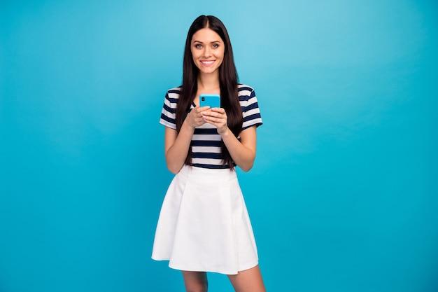 Dame hält telefonhände überprüfe blogkommentare