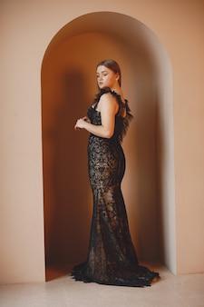 Dame im abendkleid. elegante frau im langen kleid.