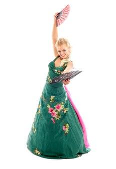 Dame im grünen kleid tanzt mit fans über weiß