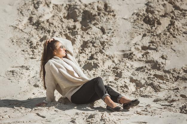 Dame im sand