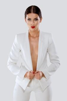 Dame im weißen hosenanzug