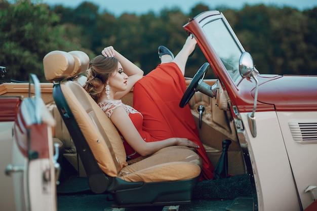 Dame in einem auto