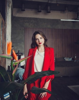 Dame in roter jacke