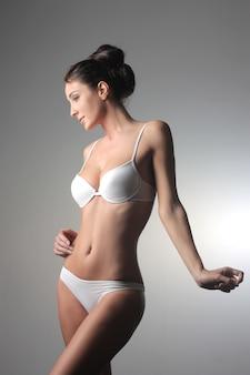 Dame in weißer unterwäsche
