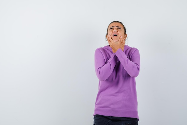 Dame leidet an halsschmerzen in wollbluse und sieht krank aus