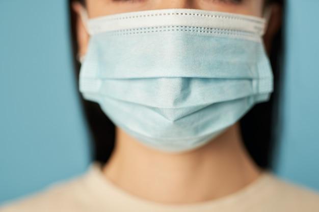 Dame mit einweg-schutzmaske vor viren