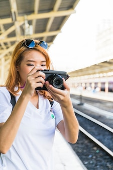Dame mit Kamera auf der Plattform