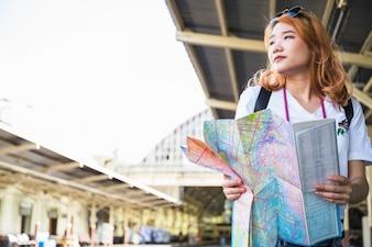 Dame mit Karte auf der Plattform