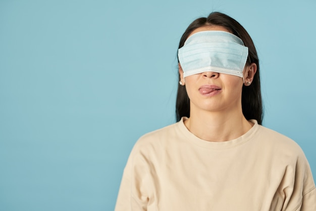 Dame posiert im studio mit antivirus-maske