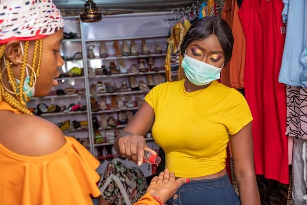 Dame spendet händedesinfektionsmittel für einen kunden