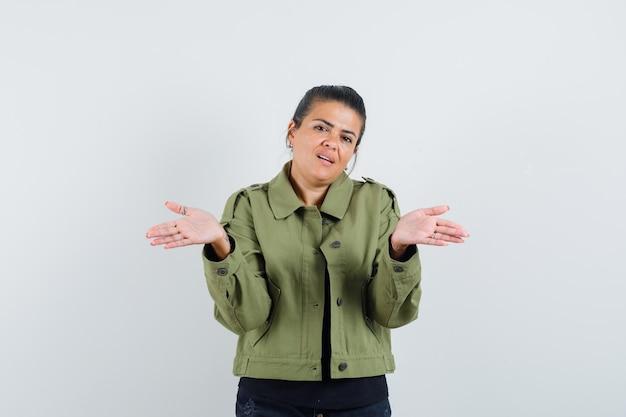 Dame spreizt offene handflächen in jacke