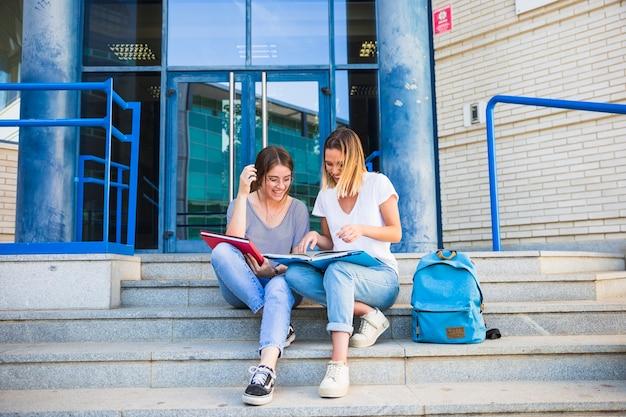 Damen, die lehrbuch nahe universität lesen