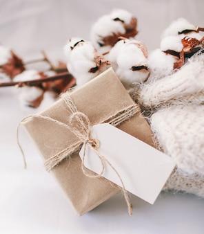 Damen-frühlingsoutfit, baumwollbouquet und ein geschenk
