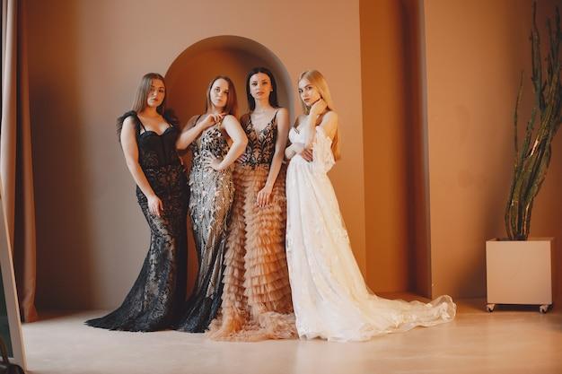 Damen im abendkleid. elegante frauen im langen kleid.