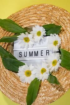 Damen sommer strohhut auf gelbem hintergrund draufsicht flach kopie raum sommer reise urlaub con