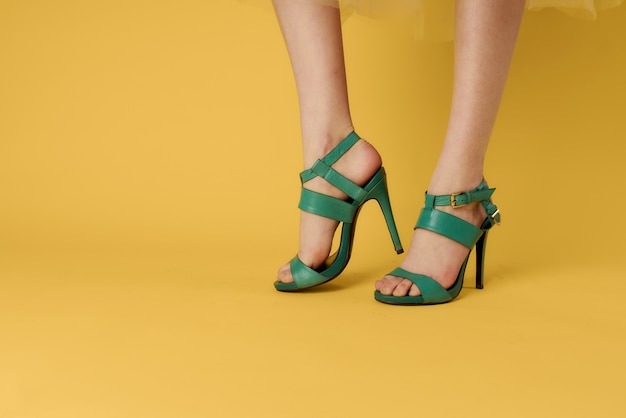 Damenbeine grüne schuhe modische schuhe