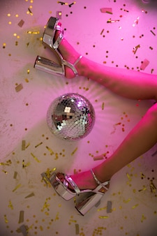 Damenbeine im rosafarbenen neonlicht