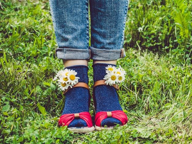 Damenbeine, modische schuhe und helle socken