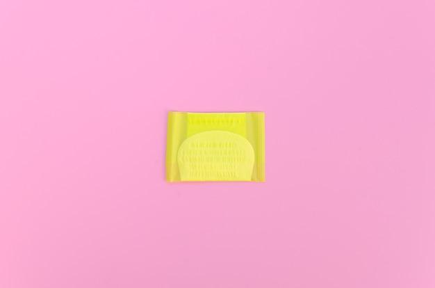 Damenbinde der draufsicht in der gelben verpackung