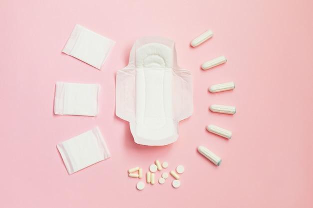 Damenbinden und saugfähige laken auf rosa