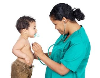 Damendoktor mit einem Schätzchen a über weißem Hintergrund