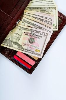 Damengeldbörse mit geld-, kredit- und debitkarten.