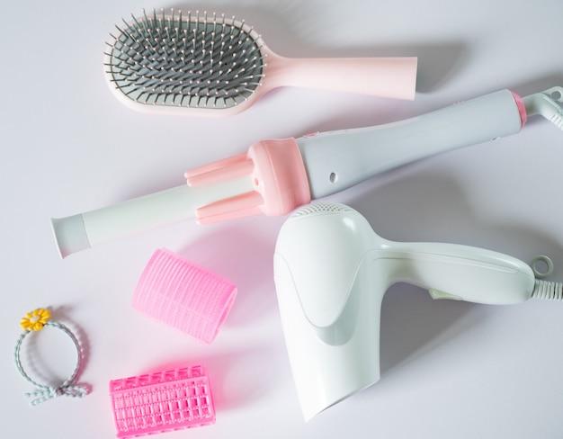 Damenhaarpflege-tools auf weißem hintergrund