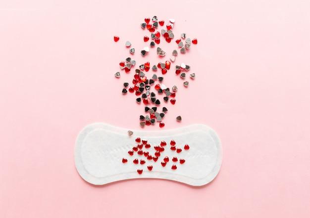 Damenhygieneauflage auf einem rosa hintergrund. konzept der frauenhygiene während der menstruation.