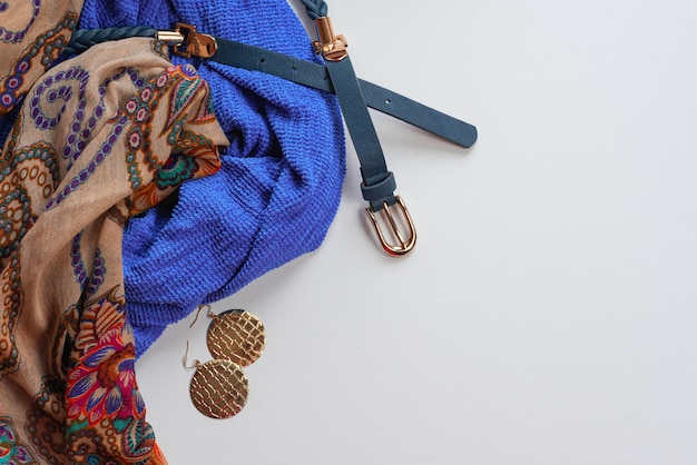 Damenmode-accessoires im orientalischen stil auf weißem hintergrund. blaue schal schmuckband handtasche ohrringe