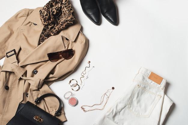 Damenmode kleidung und accessoires, beige trenchcoat mit tasche, brille, jeans und westernstiefel