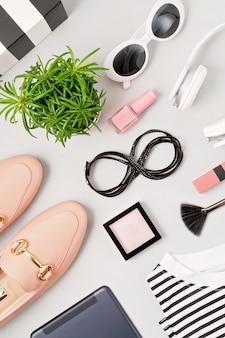 Damenmode-outfit und accessoires. beauty- und modetrends-konzept