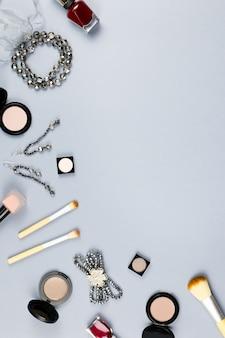 Damenmodezubehör, schmuck und kosmetik auf stilvollem grauem hintergrund. flach liegen